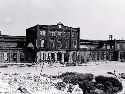 Arnhem. Stationsplein met het stationsgebouw, 1945