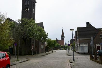 Drie kerken op een rij in de ASlcorstraat: de gereformeerde, de katholieke en tenslotte de hervormde Julianakerk